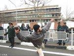 برخورد بسیار خشن و قاطعانه نیروهای امنیتی مستقر در محل با یکی از معترضین!