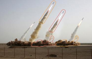 تصویر ارائه شده در سایت های حکومتی از یکی از مانورهای سپاه پاسداران - در تصویر چهار موشک دیده میشود اما در واقع سه موشک به آسمان رفته اند. موشک سمت راست با فوتوشاپ اضافه شده است.